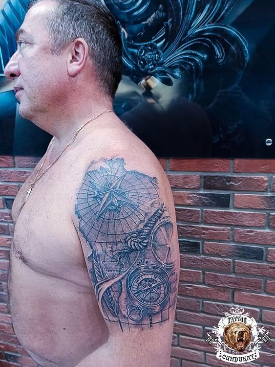 сделать тату на плече компас карта в Красноярске