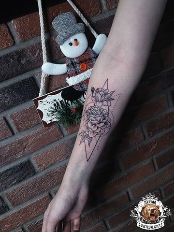 сделать тату на руке цветы в Красноярске
