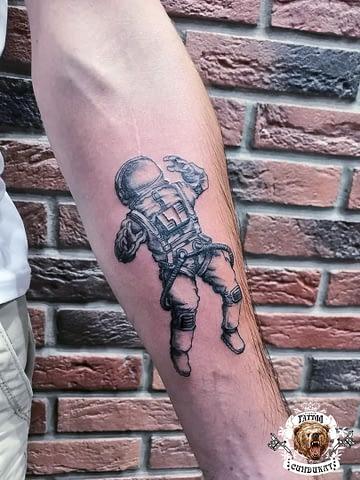 сделать тату на руке космонавт в Красноярске