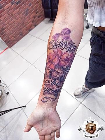 сделать тату на руке цветы и часы в Красноярске