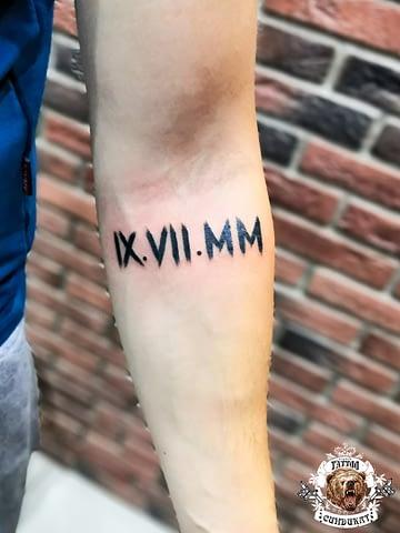 сделать тату на руке дата рождения римские цифры в Красноярске