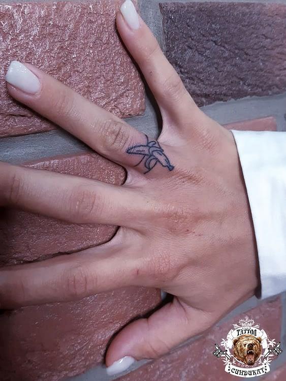 сделать тату на пальце кольцо с бананом в Красноярске
