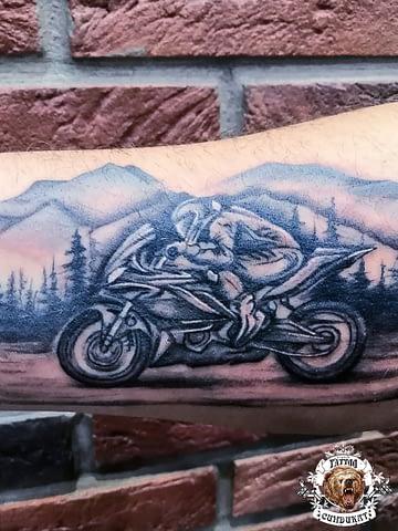 сделать тату на руке мотоциклист мотогонщик в Красноярске