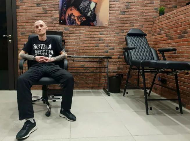 мастер художественной татуировки Максим