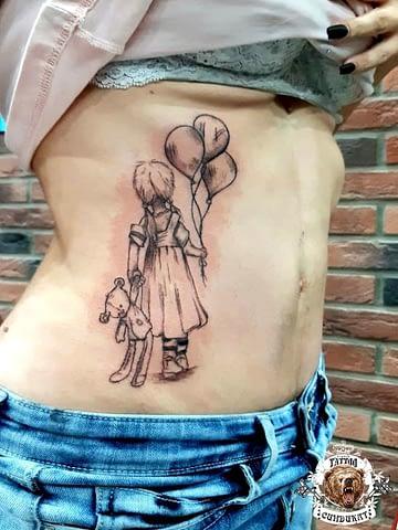 тату на торсе девочка с воздушными шариками