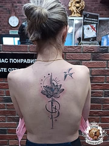 сделать тату на спине лотос и птица в Красноярске