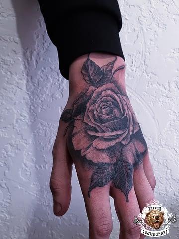 сделать тату на руке (кисти) роза цветок в Красноярске